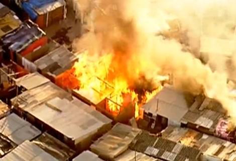 Casas pegam fogo durante reintegração de posse na Zona Norte